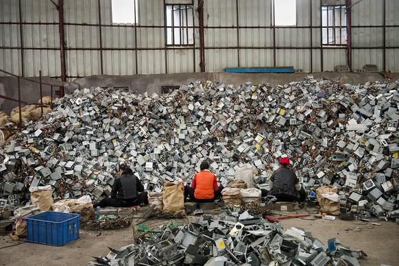 Giữa những núi rác thải điện tử khổng lồ, có bàn tay cặm cụi nhặt từng miếng kim loại để mưu sinh - Ảnh 1.