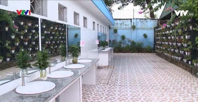 Nhà vệ sinh xịn như khách sạn 5 sao của học sinh Quảng Ninh: Bên ngoài là dàn hoa ngát hương, bước vào trong nhạc du dương tự động bật - Ảnh 6.