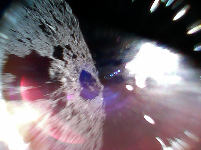 Lần đầu tiên trong lịch sử nhân loại, Nhật Bản hạ cánh thành công tận hai tàu thăm dò xuống bề mặt thiên thạch - Ảnh 7.