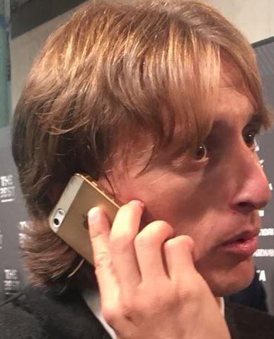 Mặc kệ XS Max, Modric giành giải Cầu thủ xuất sắc nhất năm của FIFA vẫn dùng iPhone 5S - Ảnh 3.