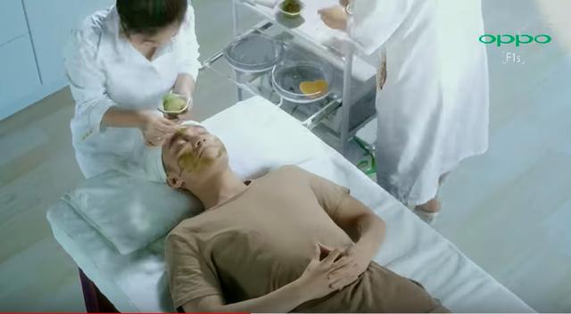 """Không riêng Ovaltine dìm đối thủ, Samsung cũng từng tung video có Isaac """"đá xoáy"""" quảng cáo có Sơn Tùng MTP của Oppo - Ảnh 3."""