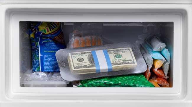 Quên mất mình giấu 800 triệu trong tủ lạnh, bà cô mất trắng khoản tiết kiệm cả đời vì vô tư đem đi đổi cái mới - Ảnh 1.