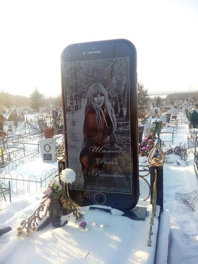 Nga: Cô gái được gia đình dựng bia mộ hình cái iPhone 7 cao một mét rưỡi sau khi qua đời - Ảnh 2.