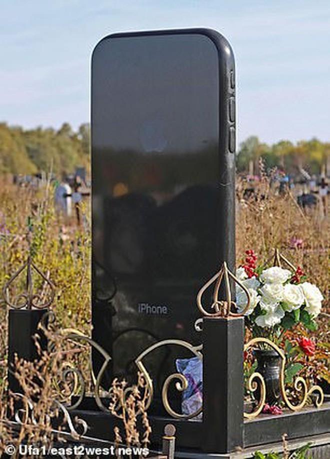 Nga: Cô gái được gia đình dựng bia mộ hình cái iPhone 7 cao một mét rưỡi sau khi qua đời - Ảnh 3.