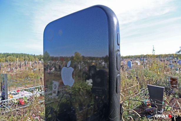 Nga: Cô gái được gia đình dựng bia mộ hình cái iPhone 7 cao một mét rưỡi sau khi qua đời - Ảnh 4.