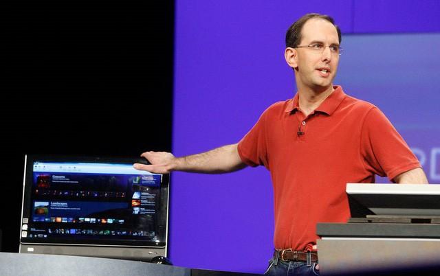 Vì sao vị giám đốc này của Microsoft chỉ toàn mặc áo đỏ suốt thập kỷ qua? - Ảnh 1.