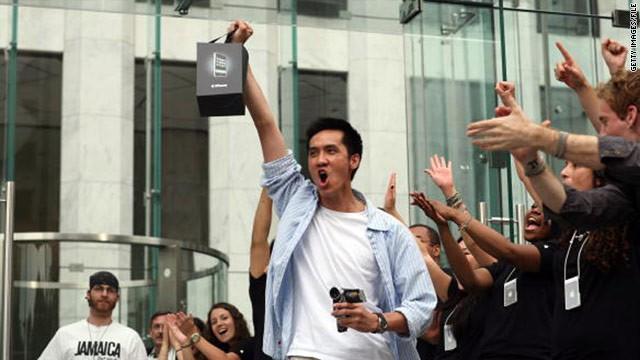 Nhìn lại 11 năm trước: Apple từng giảm giá iPhone 200 USD khiến iFan giận dữ và cực lực phản đối - Ảnh 1.