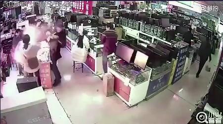 Cắn pin iPhone để kiểm tra thật giả, một thanh niên suýt chết vì điện thoại phát nổ - Ảnh 2.