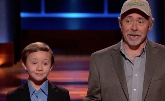 Cậu bé 10 tuổi gây choáng vì vay được 50.000 USD chỉ với quầy nước chanh trong Shark Tank phiên bản Mỹ - Ảnh 1.