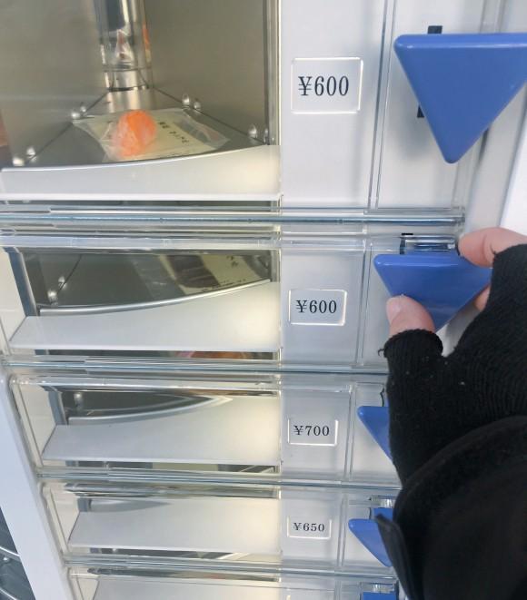 Nhật Bản có cả máy bán mô hình đồ ăn giả tự động, trông ứa nước miếng vì tưởng thức ăn thật - Ảnh 9.