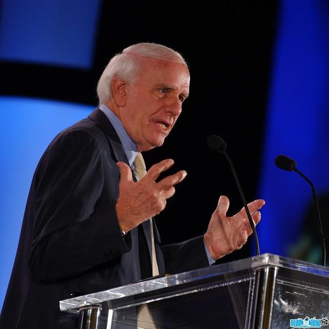 Áp dụng quy tắc 10/10/10 của Warren Buffett, bế tắc nào cũng sẽ được giải quyết - Ảnh 1.