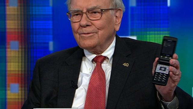 Dù là cổ đông lớn thứ 5 của Apple nhưng Warren Buffett không dùng iPhone, gắn bó với chiếc Samsung nắp gập - Ảnh 1.