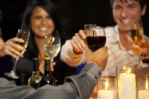 Ngay cả khi uống ít, rượu vẫn gây ra nhiều mối nguy hại cho cơ thể
