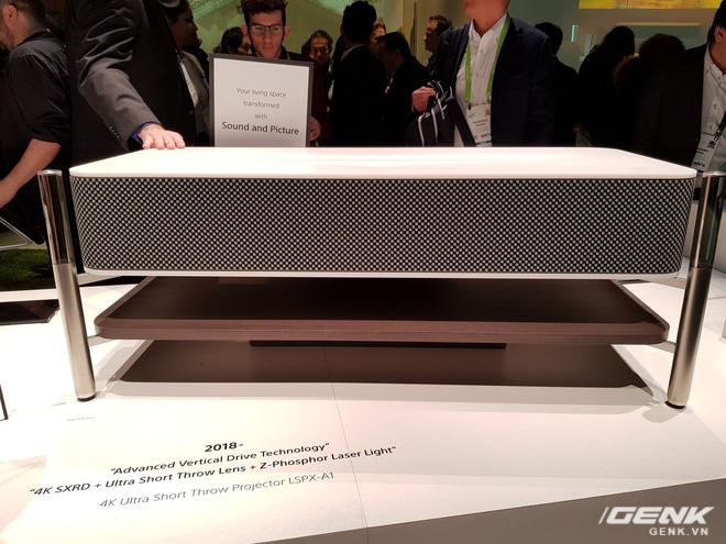 Cỗ máy chiếu 4K Ultra Short Throw LSPX-A1 của Sony tại sự kiện CES 2018.