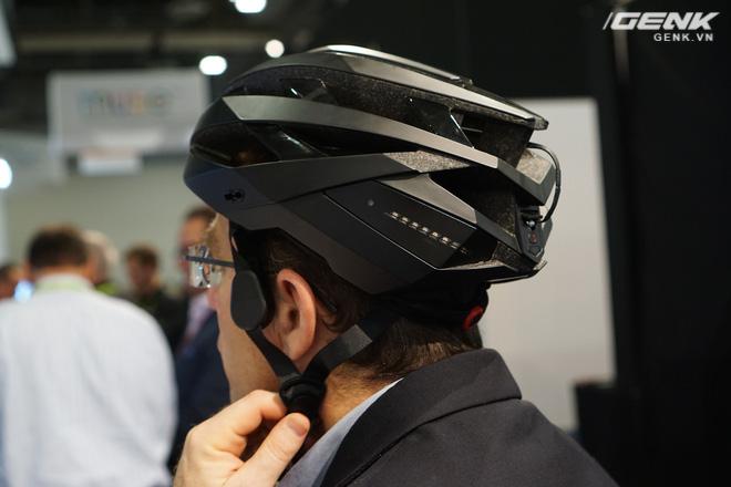 Omni sở hữu thiết kế bên ngoài tương đối giống với những loại mũ bảo hiểm khác được sử dụng khi tham gia giao thông bằng xe đạp. Chức năng chính của chiếc mũ này vẫn là bảo vệ an toàn cho người sử dụng, hạn chế tối đa mức độ nghiêm trọng khi va chạm hay tai nạn xảy ra.