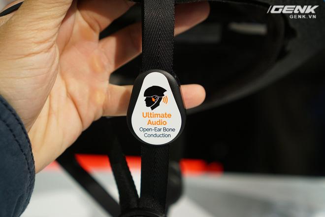 Bên cạnh đó, chiếc mũ Omni còn tích hợp hệ thống loa truyền động bone-conduction, tích hợp các điểm âm thanh vào dây đai của mũ, cho phép người dùng có thể nghe nhạc mà không cần sử dụng đến tai nghe hay bất kỳ thiết bị ngoại vi nào khác. Tính năng này giúp họ có thể vừa thưởng thức những bài hát yêu thích mà vẫn có thể nghe được âm thanh xung quanh, giúp xử lý tình huống giao thông dễ dàng hơn và hạn chế khả năng xảy ra tại nạn.