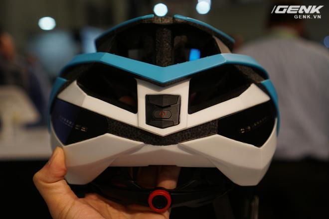 Chiếc mũ này còn sở hữu một cảm biến đặc biệt với chức năng gửi thông báo cho người thân hay bạn bè của người dùng thông qua điện thoại nếu có tai nạn xảy ra (tất nhiên chúng ta phải trải qua một số bước cài đặt phần mềm trước đó mới có thể sử dụng tính năng này).
