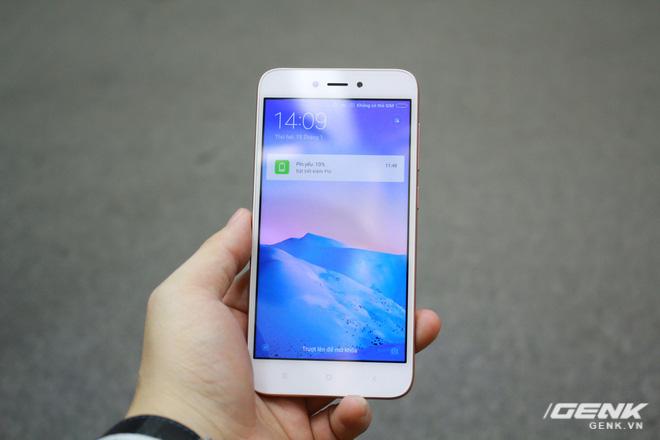 Redmi 5A sở hữu thiết kế điển hình của các dòng điện thoại bình dân và tầm trung của Xiaomi.
