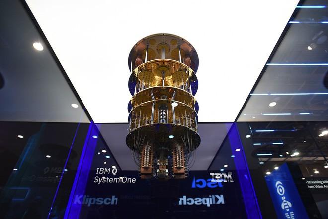 [CES 2019] Với hệ thống IBM Q System One mạnh 20 qubit, IBM là hãng đầu tiên thương mại hóa máy tính lượng tử - Ảnh 1.