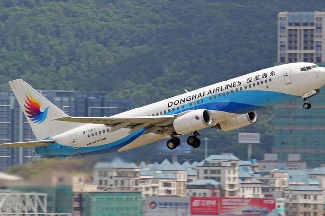Phi công Trung Quốc bị phạt 40 triệu đồng, cấm bay 6 tháng vì cho vợ vào buồng lái để trốn vé - Ảnh 1.