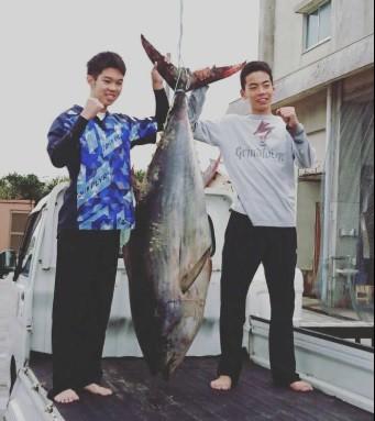 Không có dụng cụ, 2 học sinh cấp III ở Nhật tay không đấm ngất con cá ngừ nặng 1 tạ - Ảnh 3.