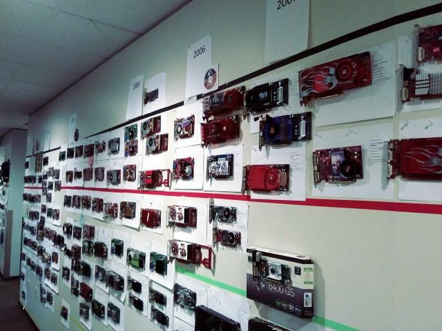 35 năm lịch sử phát triển phần cứng được thể hiện qua bức tường GPU tại văn phòng Microsoft - Ảnh 1.