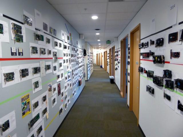 35 năm lịch sử phát triển phần cứng được thể hiện qua bức tường GPU tại văn phòng Microsoft - Ảnh 4.
