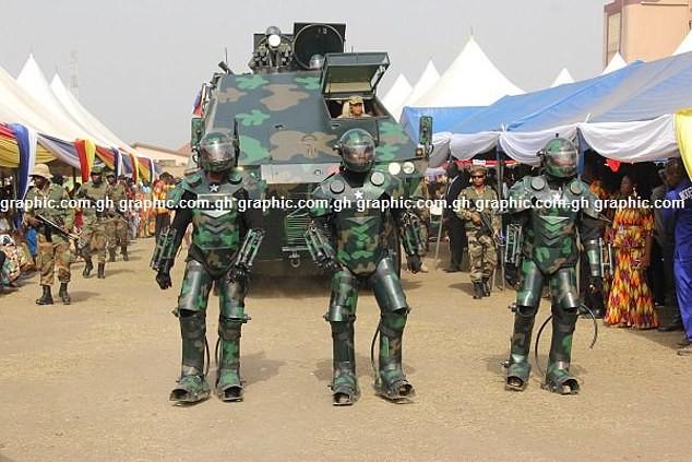 Ghana ra mắt một loạt nguyên mẫu thiết bị quân sự kỳ lạ, từ xe tăng đi bộ cho tới khung xương trợ lực - Ảnh 2.