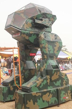 Ghana ra mắt một loạt nguyên mẫu thiết bị quân sự kỳ lạ, từ xe tăng đi bộ cho tới khung xương trợ lực - Ảnh 4.