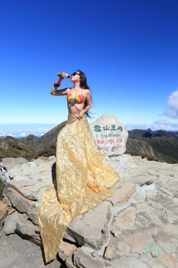 Cô gái nổi danh nữ hoàng bikini leo núi đã chết cóng vì lạnh - Ảnh 1.