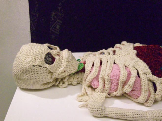 Cô nàng rảnh rỗi đan nguyên một bộ xương bằng len, có đủ cả lục phủ ngũ tạng và… một bữa ăn đang tiêu hóa dở - Ảnh 2.