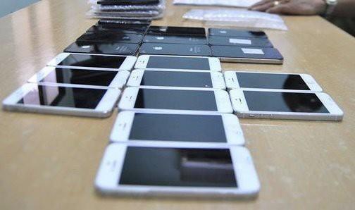 Hơn 500 chiếc smartphone buôn lậu bị bắt giữ ngày gần Tết - Ảnh 1.