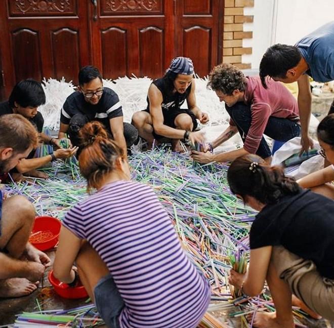 Ngắm tác phẩm ấn tượng tạo nên từ 168 ngàn ống hút nhựa tại TP. Hồ Chí Minh - Ảnh 2.