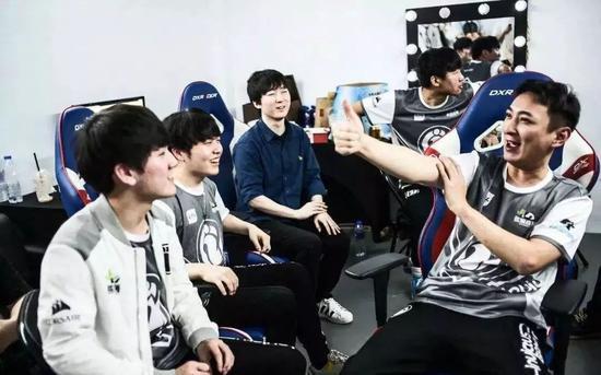 LMHT: Những điều chưa biết về Vương Tư Thông - Từ gã thiếu gia ngạo mạn trở thành thần tượng của làng Thể thao điện tử Trung Quốc - Ảnh 5.