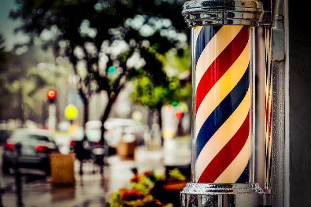 Lý do sâu xa giải thích vì sao các quán cắt tóc nam lại trang trí bằng chiếc đèn quay xanh đỏ này - Ảnh 1.