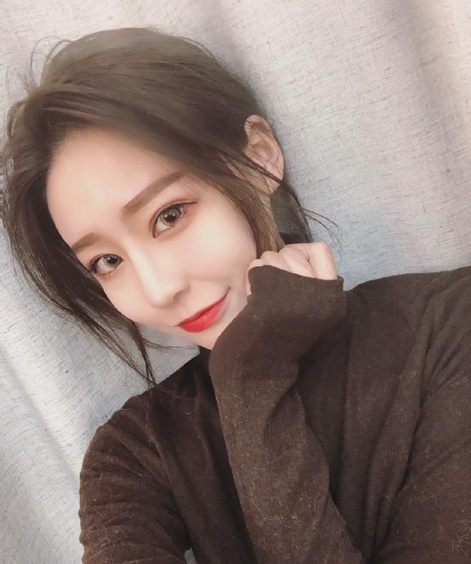 Lỡ tay tắt nhầm filter làm đẹp lúc livestream, hot girl Trung Quốc mất hơn trăm ngàn lượt follow vì để lộ nhan sắc thật - Ảnh 9.