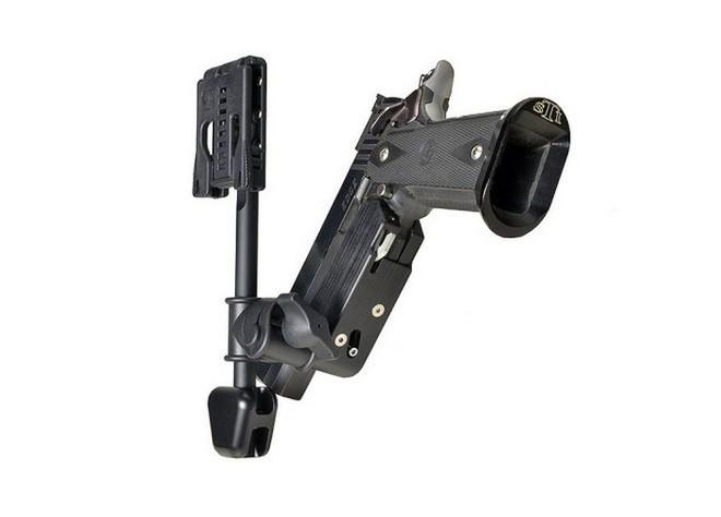 Lấy ý tưởng từ chân máy ảnh, nhiếp ảnh gia Nhật Bản chế tạo móc treo bao súng giúp bắn nhanh như Lucky Luke - Ảnh 1.