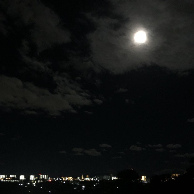 Trái ngược với bầu trời tím dự báo điềm dữ trước khi Hagibis đổ bộ, dân Nhật hứng khởi với cảnh quang đãng, trăng sáng rực khi siêu bão đi qua - Ảnh 11.