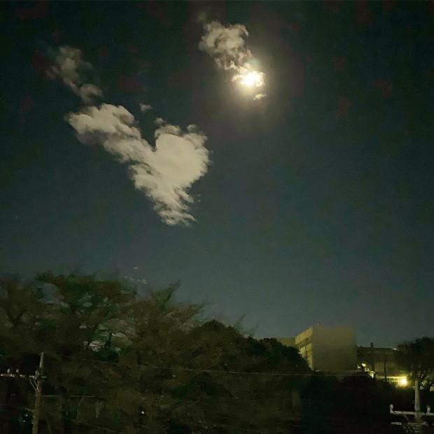Trái ngược với bầu trời tím dự báo điềm dữ trước khi Hagibis đổ bộ, dân Nhật hứng khởi với cảnh quang đãng, trăng sáng rực khi siêu bão đi qua - Ảnh 13.