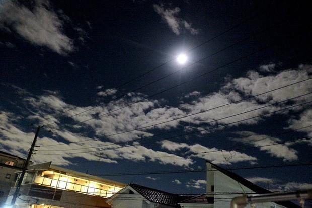 Trái ngược với bầu trời tím dự báo điềm dữ trước khi Hagibis đổ bộ, dân Nhật hứng khởi với cảnh quang đãng, trăng sáng rực khi siêu bão đi qua - Ảnh 5.