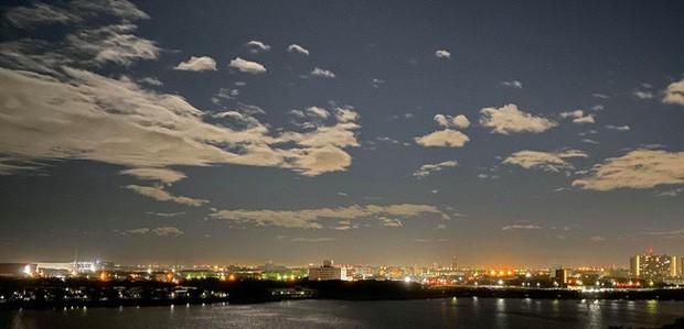 Trái ngược với bầu trời tím dự báo điềm dữ trước khi Hagibis đổ bộ, dân Nhật hứng khởi với cảnh quang đãng, trăng sáng rực khi siêu bão đi qua - Ảnh 6.