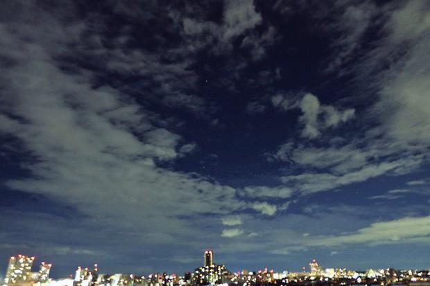 Trái ngược với bầu trời tím dự báo điềm dữ trước khi Hagibis đổ bộ, dân Nhật hứng khởi với cảnh quang đãng, trăng sáng rực khi siêu bão đi qua - Ảnh 7.