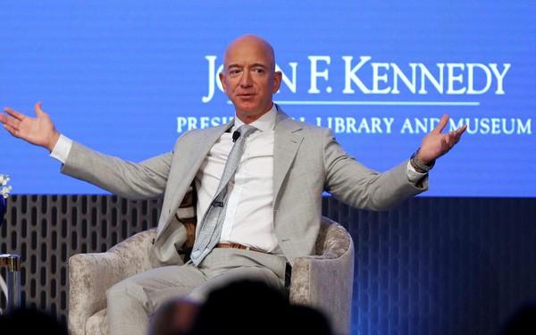 Cần phải làm 2,8 triệu năm, không ăn tiêu mới giàu như Jeff Bezos - Ảnh 1.