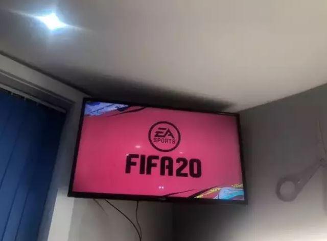 Kèo cắt tóc kiểu game thủ: Đá FIFA thắng chủ quán thì được miễn phí, nhưng thua phải trả tiền gấp đôi - Ảnh 3.