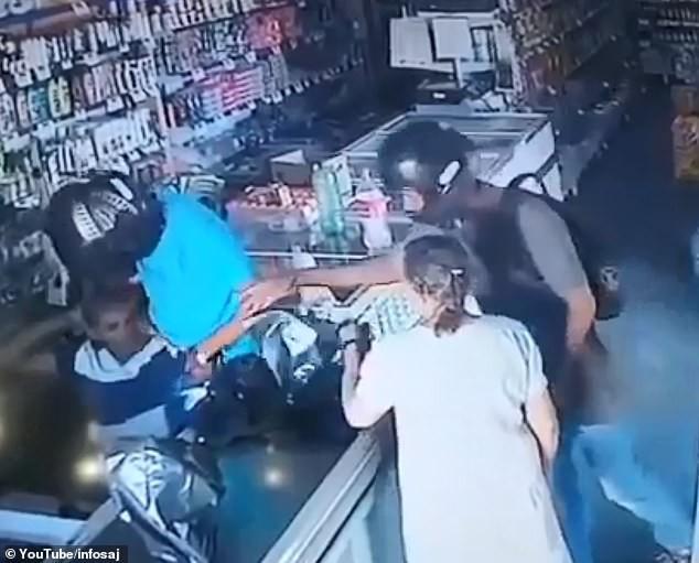 Tình huống dở khóc dở cười: tên cướp có vũ trang từ chối lấy tiền của bà cụ, lại còn hôn lên trán cụ một cái âu yếm - Ảnh 2.