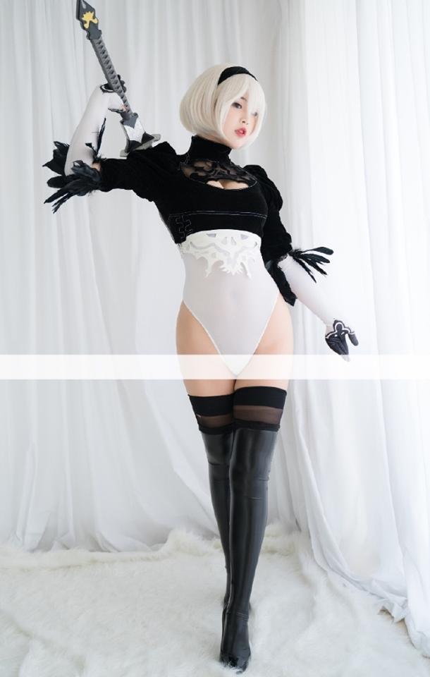 Cô nàng nóng bỏng 2B trong Nier: Automata lại thiêu đốt người hâm mộ qua loạt ảnh cosplay đẹp lung linh - Ảnh 4.