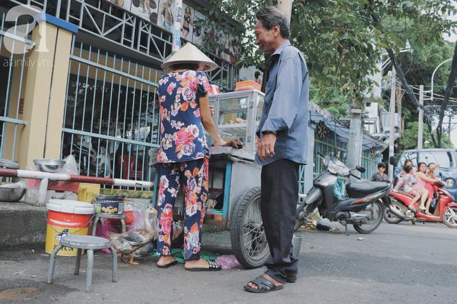 Câu chuyện kỳ lạ về tình mẫu tử của người phụ nữ bán trái cây và chú vịt biết làm nũng ở Sài Gòn - Ảnh 14.