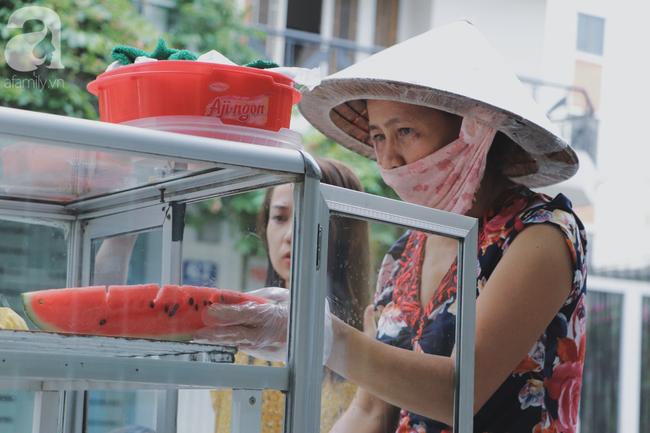 Câu chuyện kỳ lạ về tình mẫu tử của người phụ nữ bán trái cây và chú vịt biết làm nũng ở Sài Gòn - Ảnh 16.