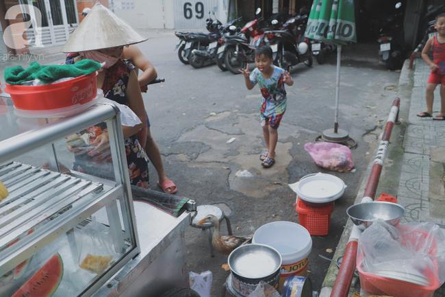 Câu chuyện kỳ lạ về tình mẫu tử của người phụ nữ bán trái cây và chú vịt biết làm nũng ở Sài Gòn - Ảnh 8.