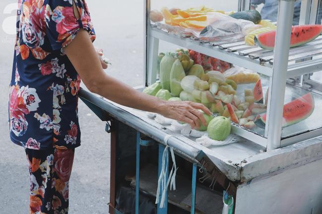 Câu chuyện kỳ lạ về tình mẫu tử của người phụ nữ bán trái cây và chú vịt biết làm nũng ở Sài Gòn - Ảnh 9.